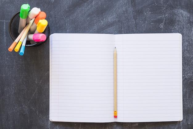 Otwarty notatnik na tablicy