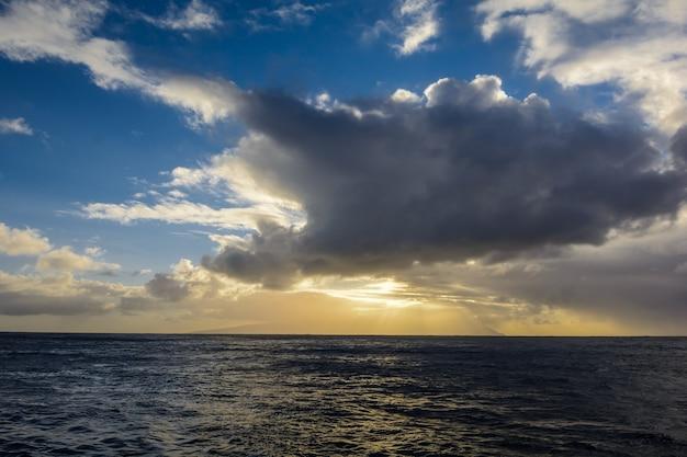 Otwarty ocean. seascape złej pogody z zachmurzonym niebem i falą wody.