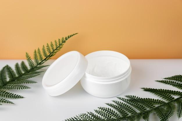 Otwarty plastikowy słoik z kremem