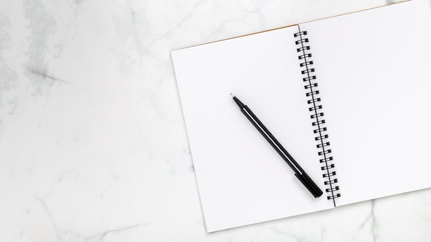 Otwarty pusty notatnik z kopii przestrzenią