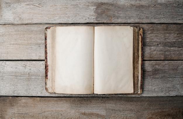 Otwarty retro pusta książka na drewnianej podłodze