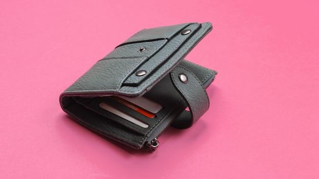 Otwarty skórzany portfel z kartami kredytowymi w kolorze różowym