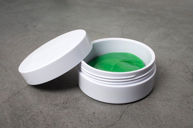 Otwarty słoik z kolagenowymi plastrami przeciwstarzeniowymi na oczy i twarz. kosmetyki pielęgnacyjne.