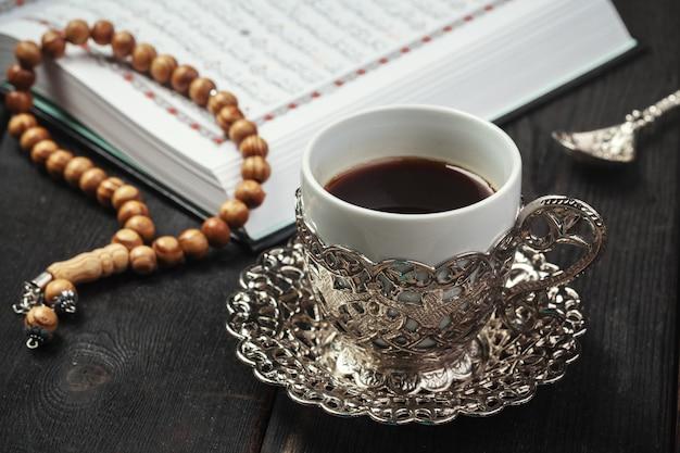 Otwarty święty koran z koralikami tasbih lub różańcem