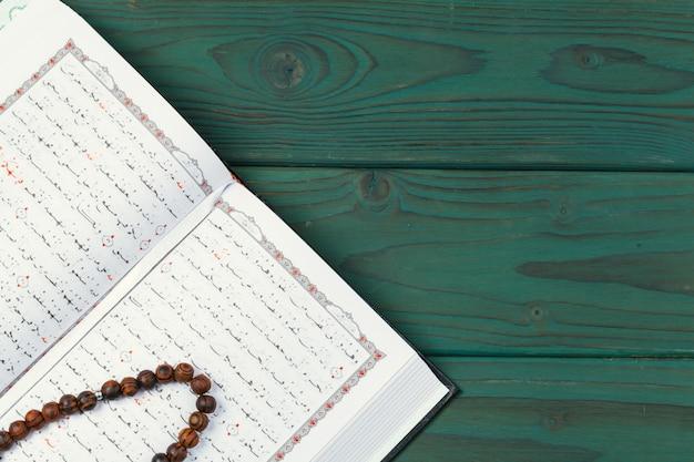 Otwarty święty koran z koralikami tasbih