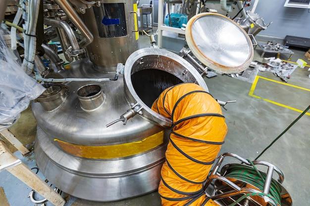 Otwarty właz na nierdzewny zbiornik na chemikalia i dmuchanie świeżego powietrza do ograniczonej przestrzeni