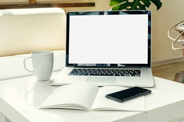 Otwiera laptop na stołowej pobliskiej kanapie, domowy wnętrze, freelancer miejsca pracy pojęcie