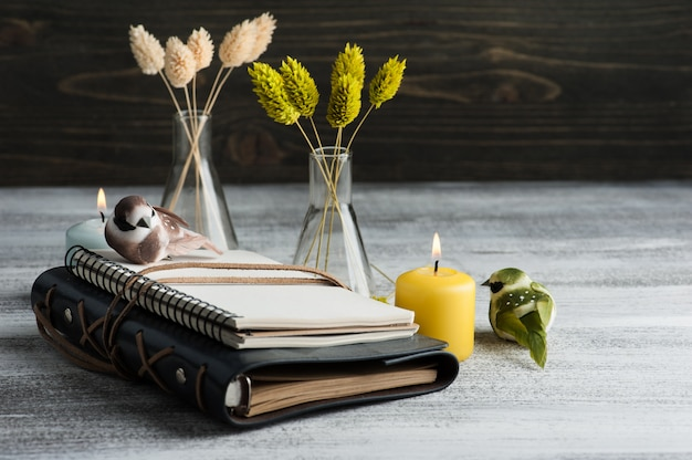 Otwiera notatnika na starym drewnianym stole