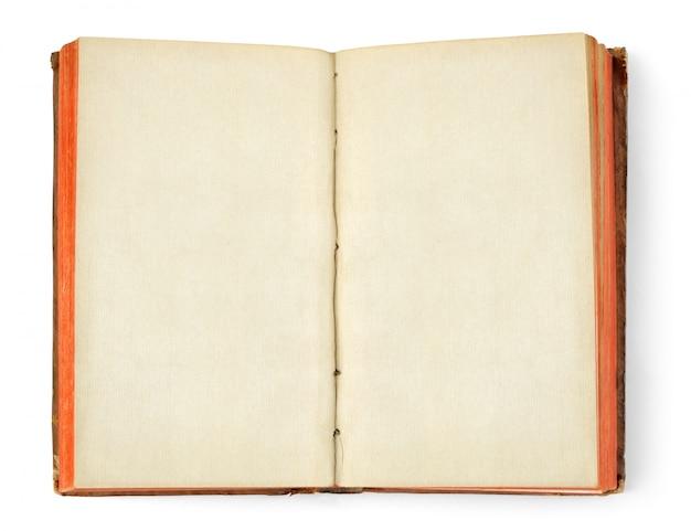 Otwiera starą książkę z pustym miejscem z białych stron odizolowywać na biel ścianie