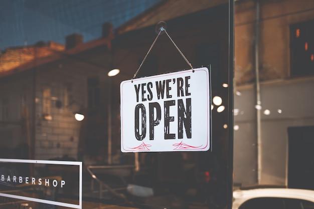 Otwiera znaka na czarnym szkle w sklepie