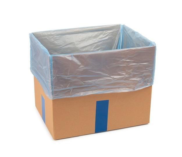 Otwierane pudełko kartonowe do przechowywania towarów i przesyłek pocztowych z plastikową torbą w środku. odosobniony.