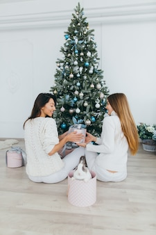 Otwieranie prezentów świątecznych.