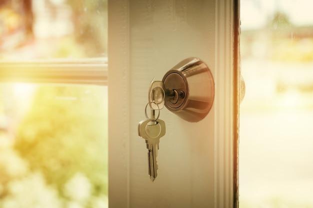 Otwór na klucze z drewnianymi drzwiami dla bezpieczeństwa