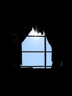 Otwór w dachu w kształcie domu