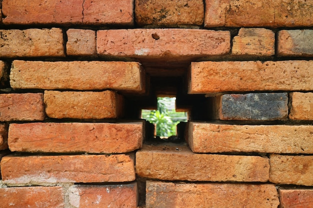 Otwór w kształcie krzyża na ścianie starego miasta nan