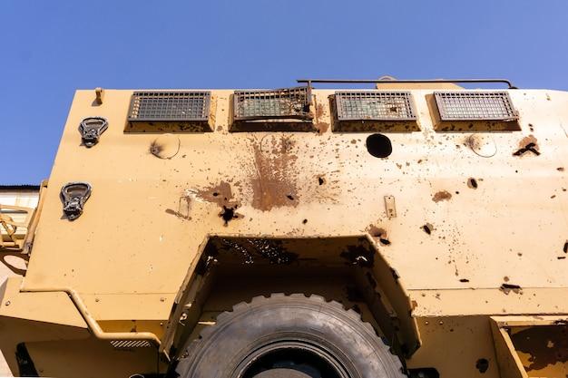 Otwory po kulach i fragmenty pocisków w karoserii opancerzonego pojazdu