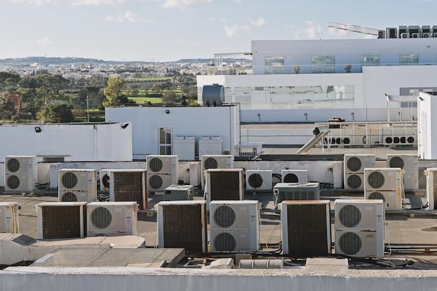 Otwory wylotowe przemysłowej klimatyzacji