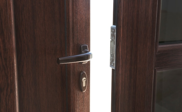 Otwórz brązowe plastikowe drzwi w domu