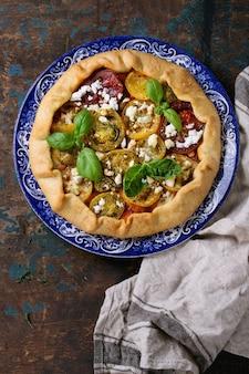 Otwórz ciasto z kolorowymi pomidorami