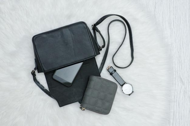 Otwórz czarną torbę z telefonem komórkowym, zegarkiem i torebką