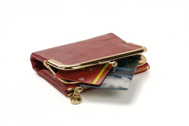 Otwórz czerwoną torebkę z kartami kredytowymi, na białym tle