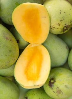 Otwórz dojrzałe mango
