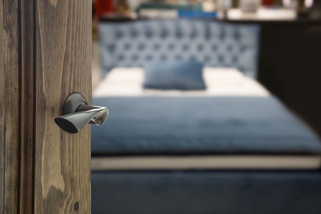Otwórz drewniane drzwi i widok na sypialnię.