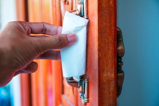 Otwórz drzwi, aby chronić wirusa, chroni rękę przed bezpośrednim kontaktem z klamką. papierowa serwetka do ochrony skóry przed wirusami i zarazkami.