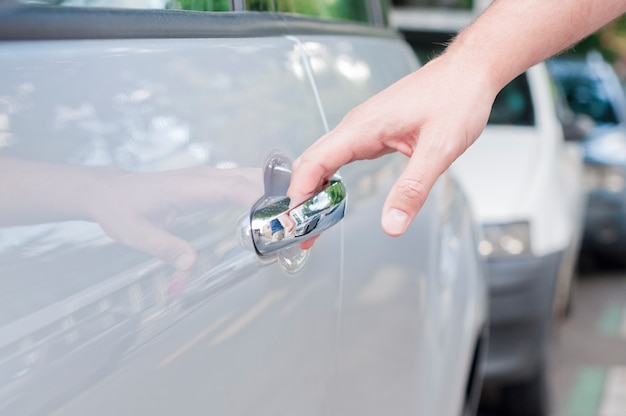 Otwórz drzwi samochodu, ręcznie otwierając drzwi samochodu, bliska