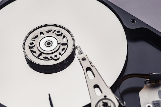 Otwórz dysk twardy komputera do naprawy. koncepcja bezpieczeństwa danych.
