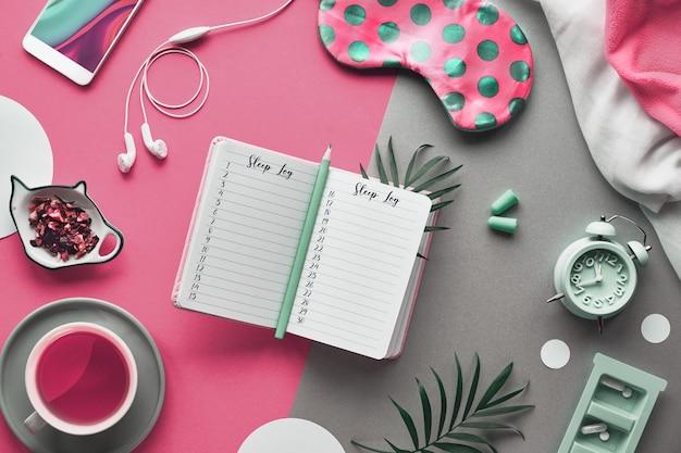 Otwórz dziennik snu lub dziennik do spania. podziel dwa odcienie różowego i zielonego papieru tła.
