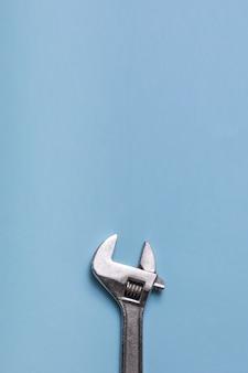 Otwórz klucz nastawny na niebieskim tle. ścieśniać.