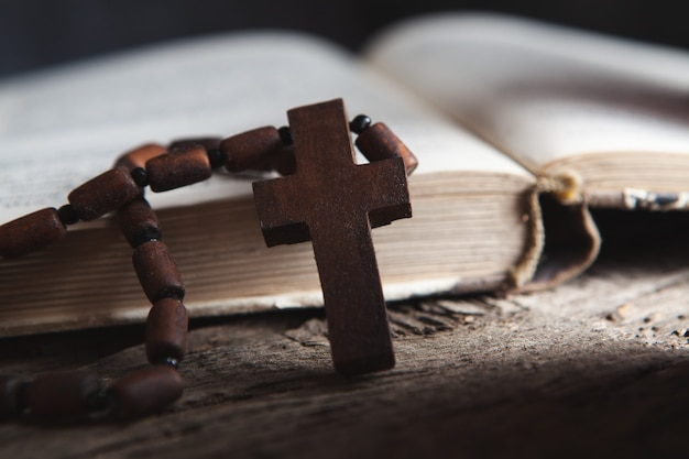 Otwórz książkę i krzyż na stole
