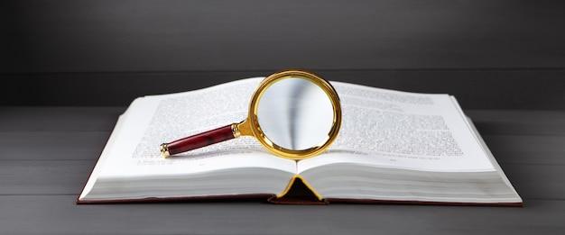 Otwórz książkę i szkło powiększające