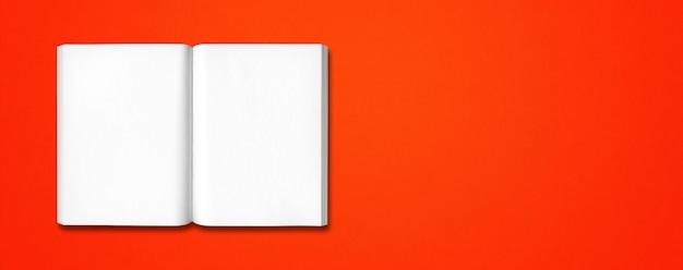 Otwórz książkę na białym tle na czerwonym sztandarem
