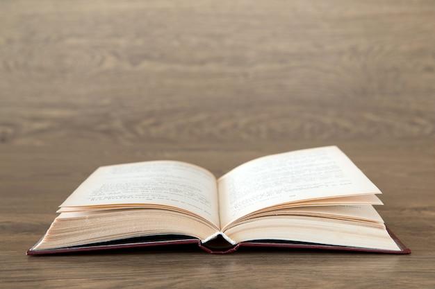 Otwórz książkę na drewnianej powierzchni