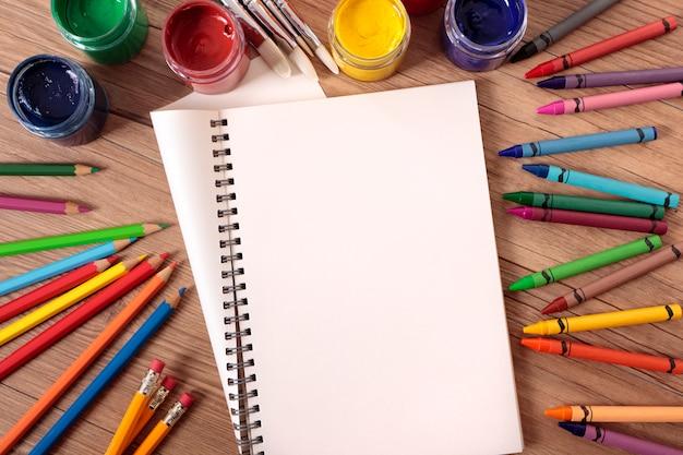 Otwórz książkę na ławce szkolnej