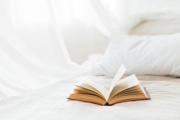 Otwórz książkę na łóżku