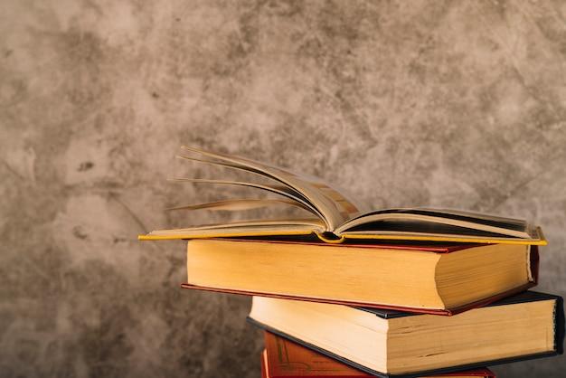 Otwórz książkę na szczycie stosu książki