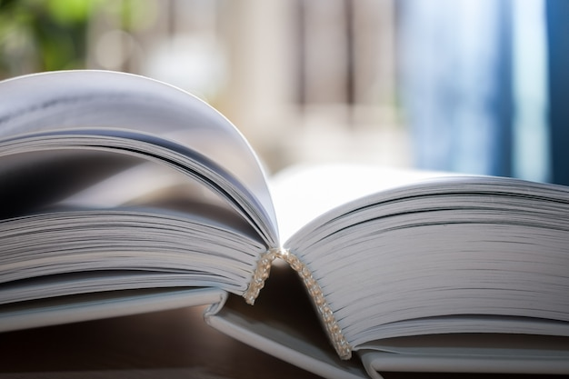 Otwórz książkę z bliska.