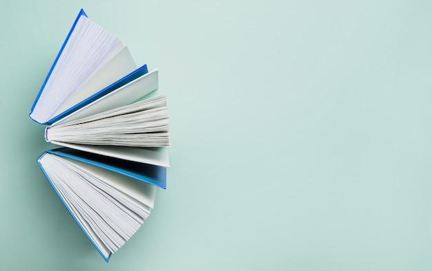 Otwórz książki na zielonej przestrzeni