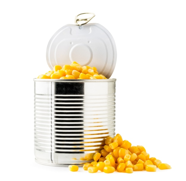 Otwórz kukurydza w puszkach i zbliżenie stosu izolowane.