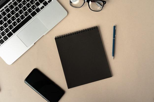 Otwórz laptop z pustym notatnikiem, widok z góry