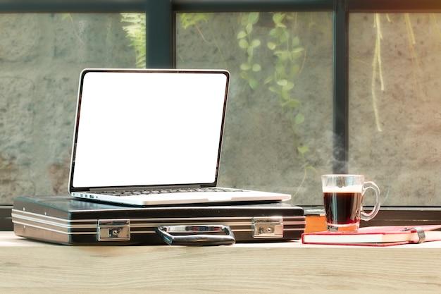 Otwórz laptopa, torba na dokument, okulary w kawiarni.