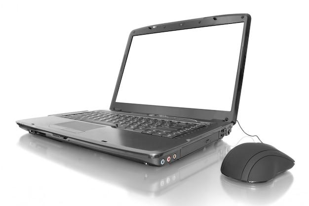 Otwórz laptopa z pustym ekranem i myszą na białym tle