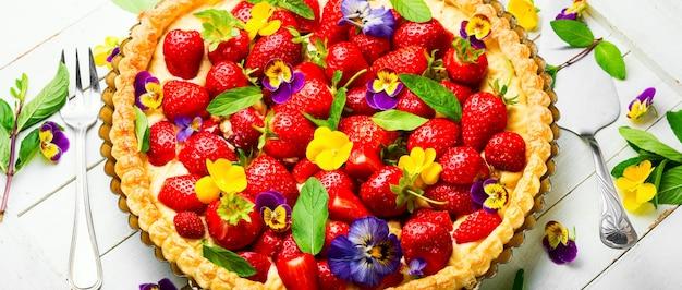 Otwórz letnie ciasto lub ciasto z jagodami