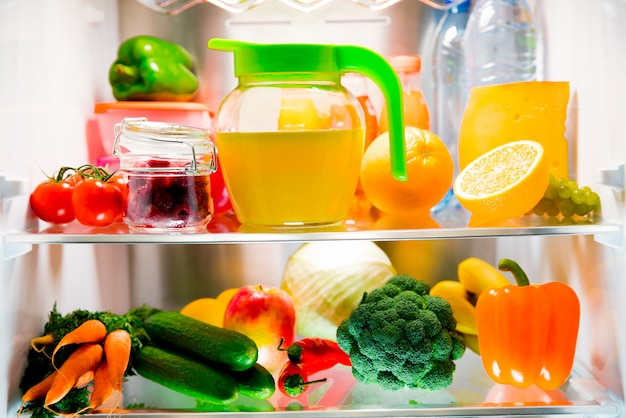 Otwórz lodówkę. zdrowe jedzenie. warzywa i owoce