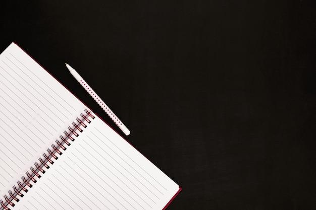 Otwórz notatnik i długopis
