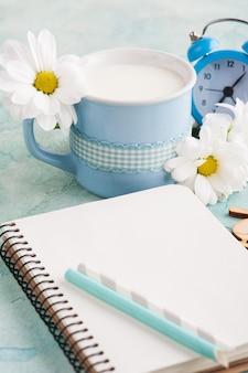 Otwórz notatnik, kubek mleka