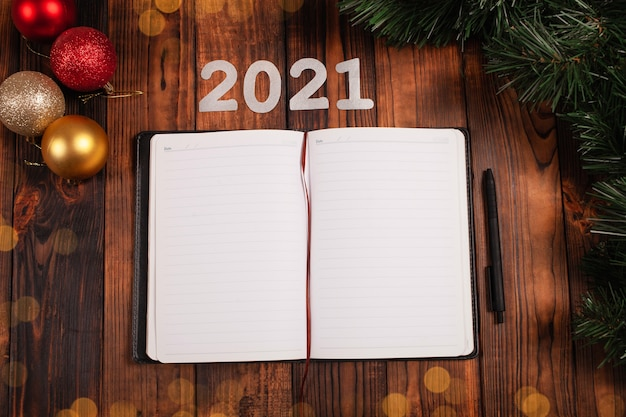 Otwórz notatnik na stole z dekoracjami świątecznymi